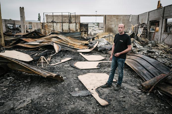 Eigenaar Johan Lameris tussen de ruïnes van zijn afgebrande bedrijf.
