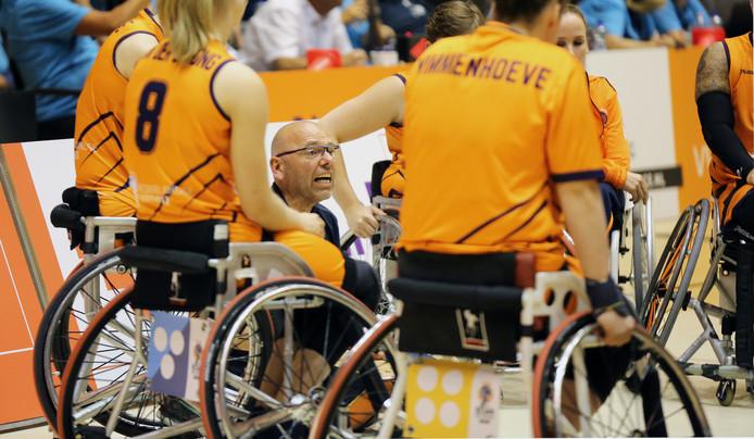 De gedreven bondscoach Gertjan van der Linden spreekt zijn vrouwen toe tijdens een time-out.