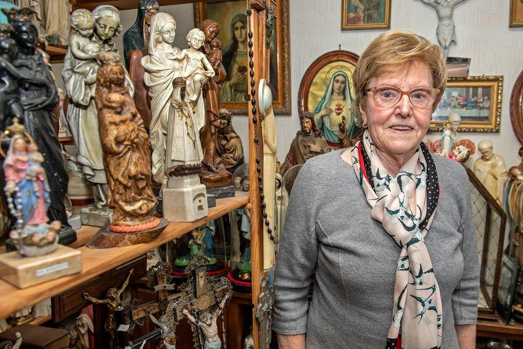 Maria Vanseveren bij haar collectie Mariabeelden.