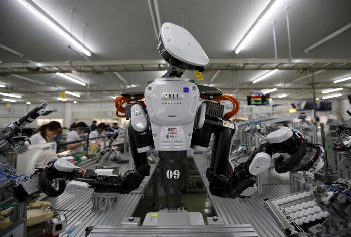 Deze robot werkt samen met menselijke medewerkers in een fabriek