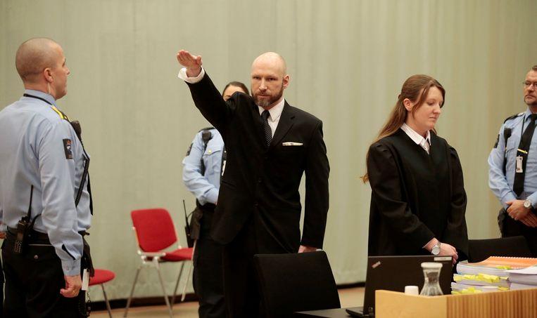 Massamoordenaar Anders Breivik doet een nazigroet in de Noorse rechtbank. Beeld REUTERS