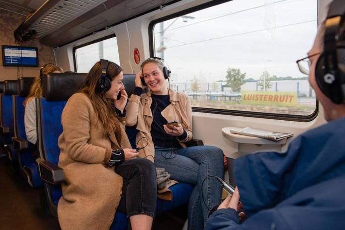 Manon van Hoeckel (links) in de treincoupé waarin haar project Luisterruit kan worden beleefd