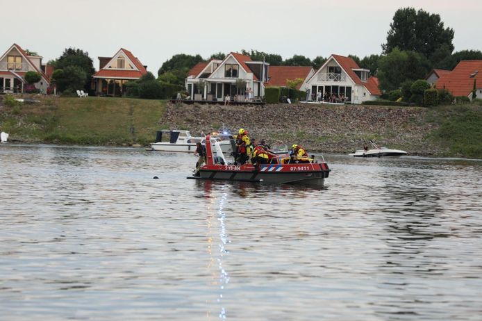 Hulpdiensten zijn op zoek naar de drenkeling op het Rhederlaag.
