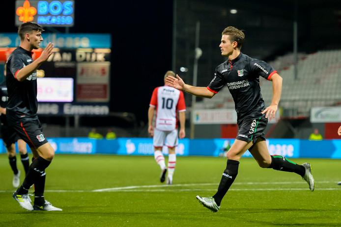 NEC-spits Sven Braken (rechts) krijgt de felicitaties van ploeggenoot Ted van de Pavert na zijn 2-1 tegen FC Emmen.