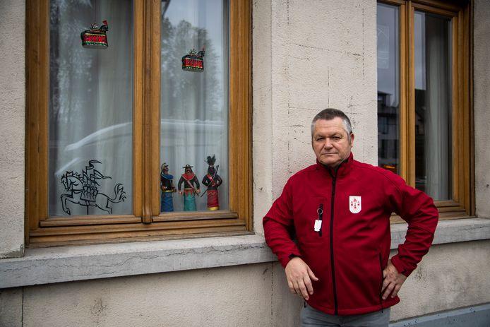 Luc De Jonghe van de Pijnders geeft al het goede voorbeeld met niet alleen een Ros Beiaard, maar ook de drie reuzen voor zijn raam.