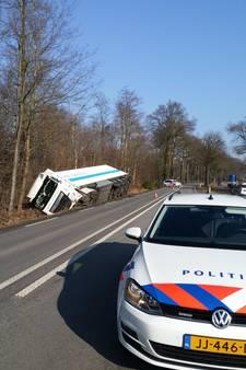 Vrachtwagen gekanteld op Misterweg bij Winterswijk
