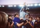 27 juni 1984: Michel Hidalgo na het winnen van de Europese titel op de schouders van Manuel Amoros en Jean-Francois Domergue. Links Didier Six.
