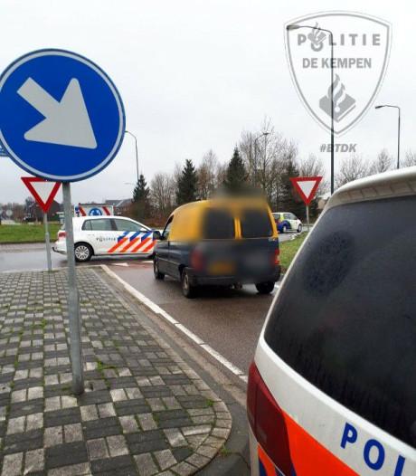 Gestolen auto klemgereden op rotonde na achtervolging via zendertje