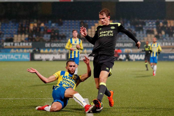 Mohamed Mezghrani (l) in het shirt van RKC Waalwijk tegen Jong PSV. Hij speelt volgende week de Hongaarse bekerfinale.