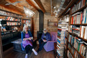 Letitia Blanker en haar vader Peter in de gezamenlijke bibliotheek. ,,Daar ontmoeten we elkaar.''