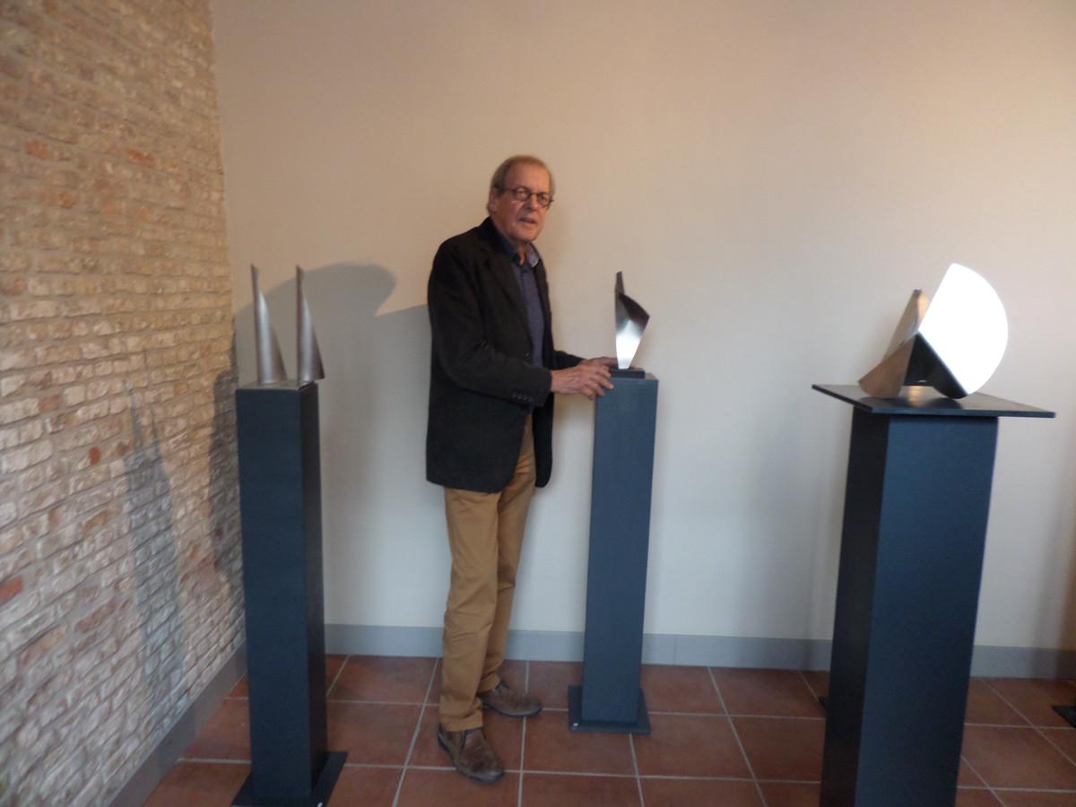 Ton Koops bij zijn kunstwerken.