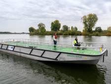 Fluisterstil vrachtschip uit Heerewaarden vaart een werkdag op 4000 kilo batterijen