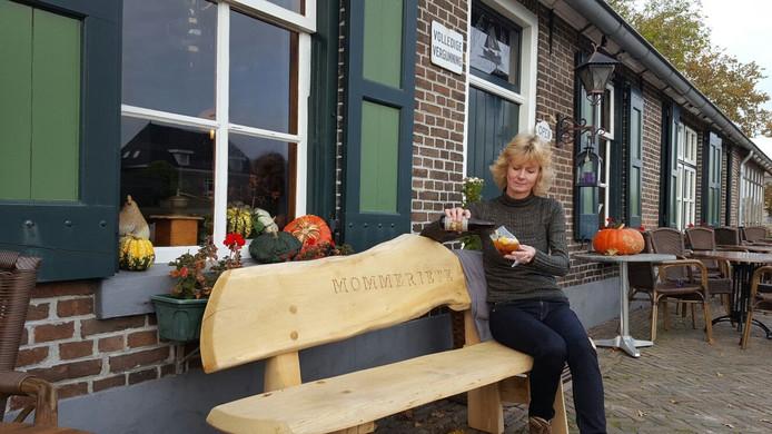 Carina Kelder-van Wierden met de winnende Rookbock van de Momeriete-brouwerij uit Gramsbergen.