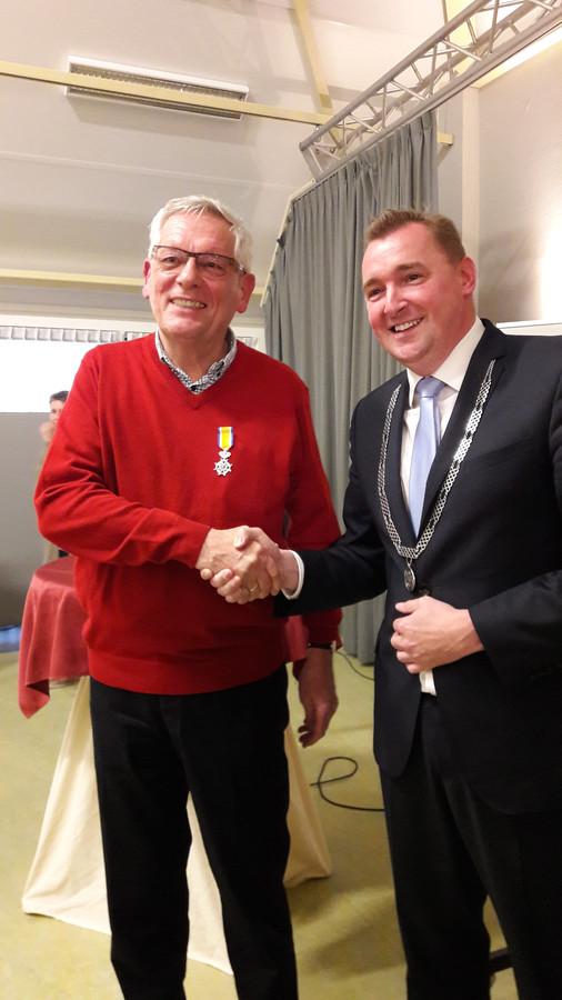 Bart van Hasselt ontvangt zijn onderscheiding van burgemeester Gerben Dijksterhuis.