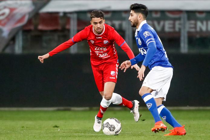 Doelpuntenmaker voor FC Den Bosch Muhammed Mert (r) in duel met Karim Loukili van Jong FC Utrecht.