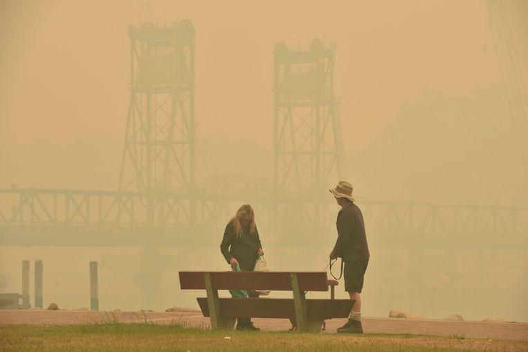 Smog bij de Batemans Bay Bridge, waar mensen in de file staan om de stad te verlaten.