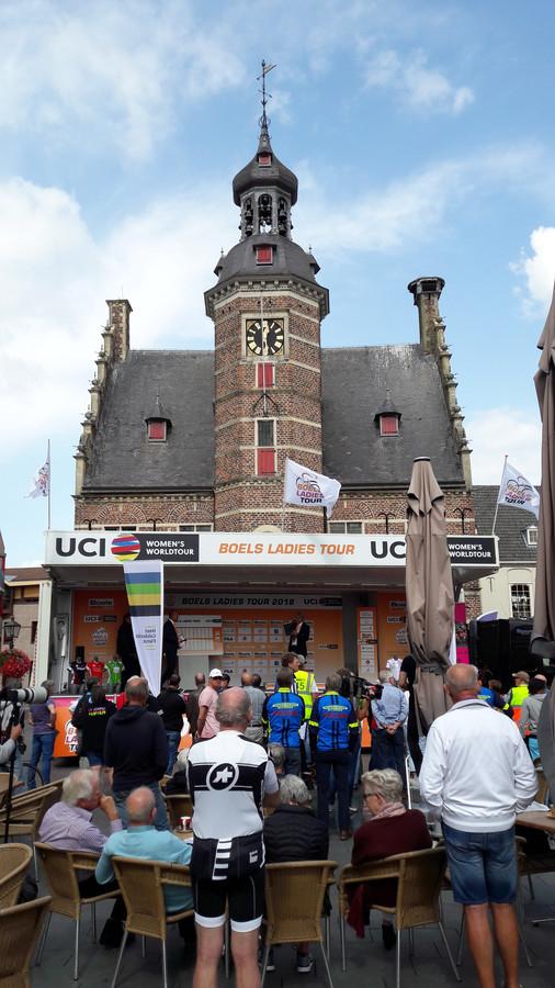 De presentatie van de ploegen op de Markt in Gennep.