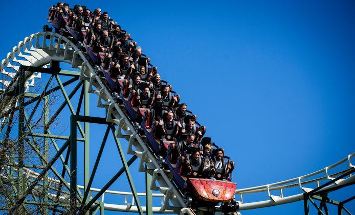 Bezoekers in achtbaan de Python in pretpark de Efteling.