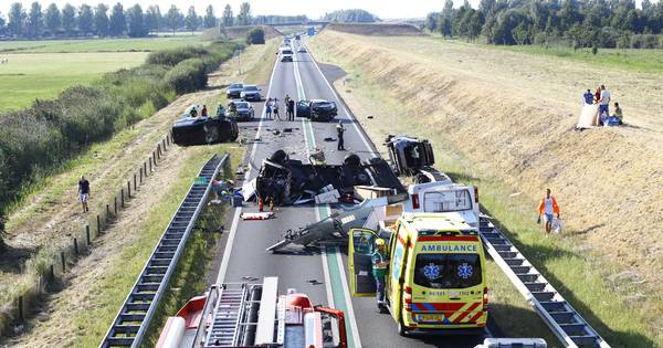 Enorme ravage bij ernstig ongeval met camper op N50 bij Kampen, traumahelikopter onderweg.