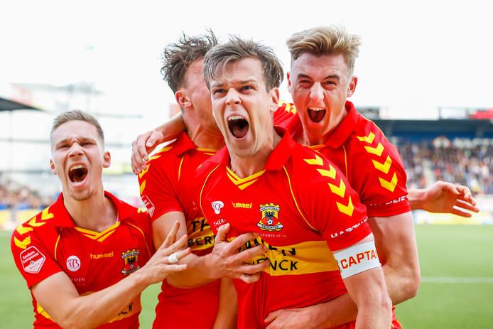 Go Ahead Eagles speler Jeroen Veldmate viert het scoren van de 1-0 tegen FC Den Bosch in de halve finales van de play-offs.