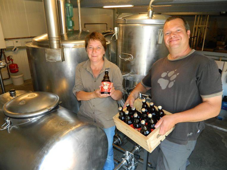 Ria en Stefan van Den Tseut in hun vernieuwde en grotere huisbrouwerij, die deze week noodgedwongen even stil ligt omdat het te warm is om te brouwen.