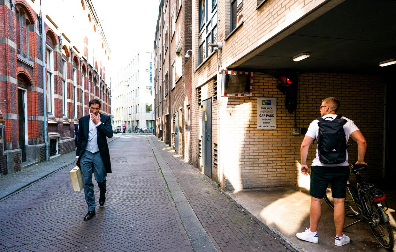 Minister Wopke Hoekstra van Financiën (CDA) op weg naar de Kamer met het koffertje.