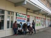 Een aantal vluchtelingen voor hun nieuwe onderkomen