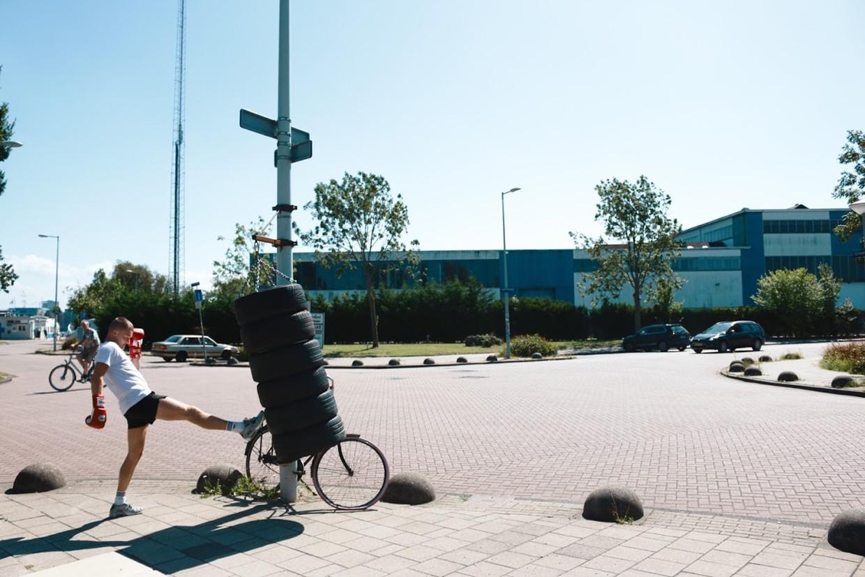 Boogieclub hangt bokszakken door de hele stad op, zoals hier bij het Skatecafé in Amsterdam-Noord. Beeld Isabel Kooij