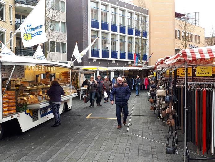de zaterdagmarkt is uitgebreid in de richting van het centrum van nijverdal om een verbinding te