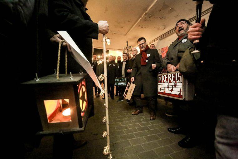 Zoals de traditie het wil hadden De Kerels ook hun eigen houten lantaarn ineengeknutseld.