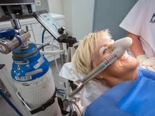 Bange patiënt krijgt lachgas bij kaakchirurg