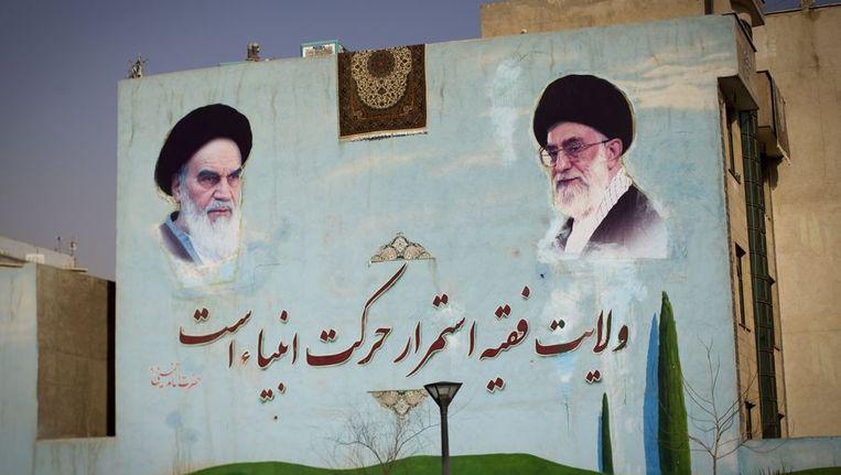 Een schildering van Ayatollah Ruhollah Khomeini (L) en de huidige hoogste leider van Iran Ayatollah Ali Khamenei (R) in Teheran. Beeld afp