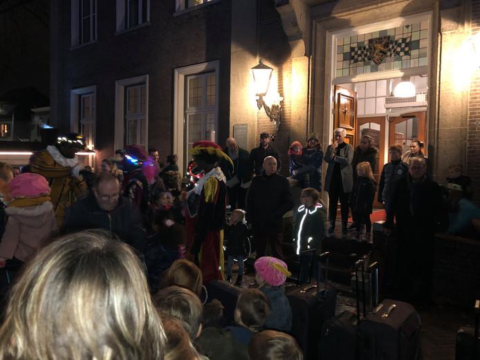 Het vertrek bij het Centraal Pieten Buro aan de Markt in Veghel. De koffers staan klaar.