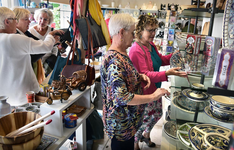 Klanten winkelen vrijdag in de Wereldwinkel in Breukelen. Die was een halve eeuw geleden de eerste Wereldwinkel ter wereld.  Beeld Marcel van den Bergh