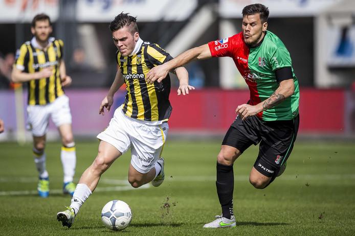 Dario Dumic (rechts) in actie tegen Vitesse.