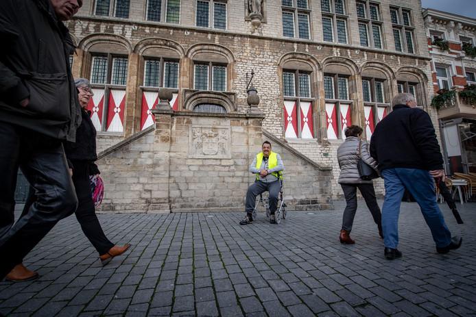 20181208 -Bergen op Zoom - Foto: Pix4Profs/Tonny Presser - nav enorme protesten in Frankrrijk, zijn er ook vandaag mensen in Nederland die geel hesje aan doen. Om 12 uur is grote actie in Den Haag, maar Erwin Wilkens heeft het aan zijn rug en gaat in zijn eentje voor stadhuis Bergenm op Zoom staan en hoopt dat mensen aansluiten.