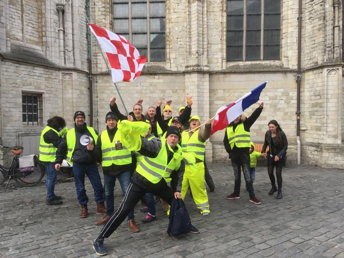 De groep demonstranten bij de Onze-Lieve-Vrouwekerk in Breda.