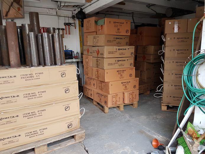 Zes pallets met in totaal 2000 kilo illegaal vuurwerk, die vorig jaar werden aangetroffen in een garagebox aan de Parallelweg SS in Hengelo