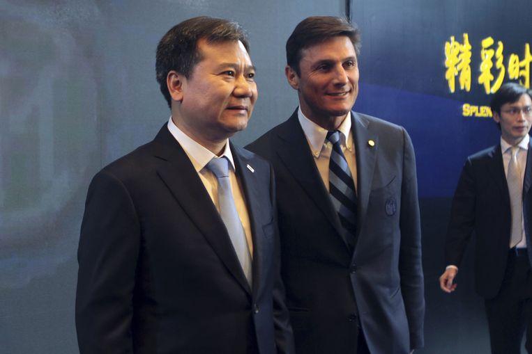 Suning-topman Zhang Jingdong (links) met Inter-icoon Javier Zanetti. Beeld ap