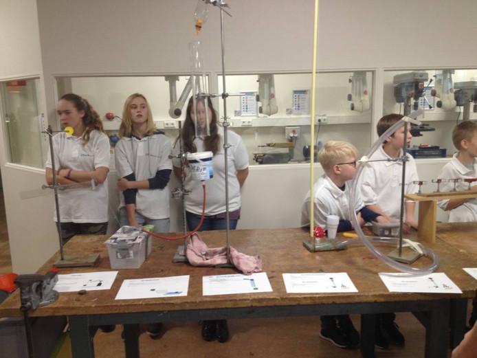 Leerlingen van het Aaltense Technasium in het nieuwe praktijklokaal.