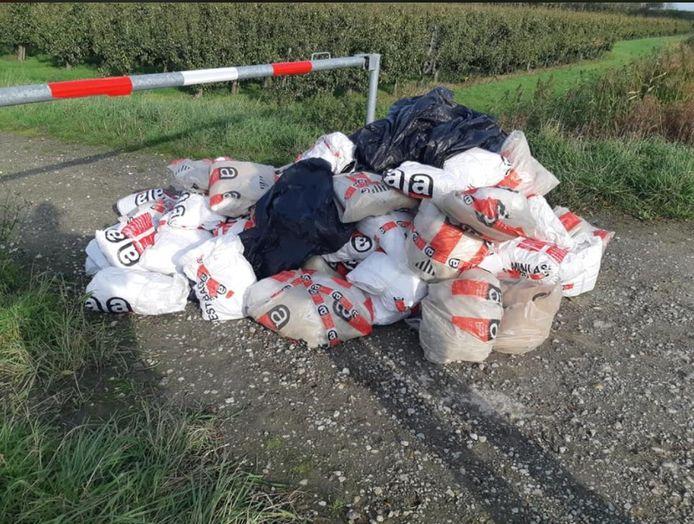 Aan de Schansweg bij Bath werd een flinke hoeveelheid asbest gedumpt. De politie zoekt nog naar de dader.