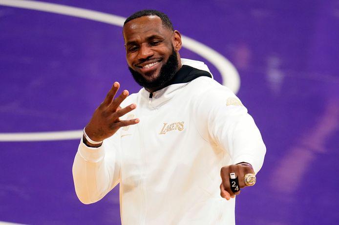 LeBron James showt z'n vierde NBA-ring.