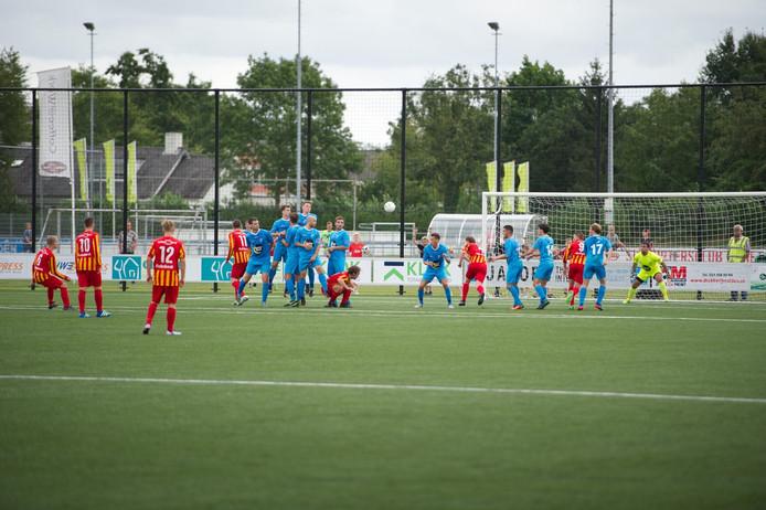 Jeroen Meijers (geheel links) schiet de 1-1 binnen voor Juliana'31