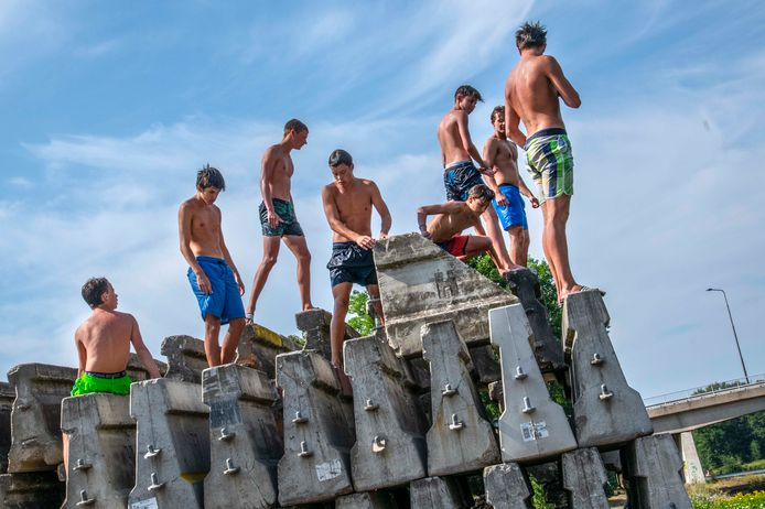 Deze groep tieners vermaakt zich urenlang met bommetjes en salto's vanaf een stapel betonnen wegversperringen langs het Wilhelminakanaal.