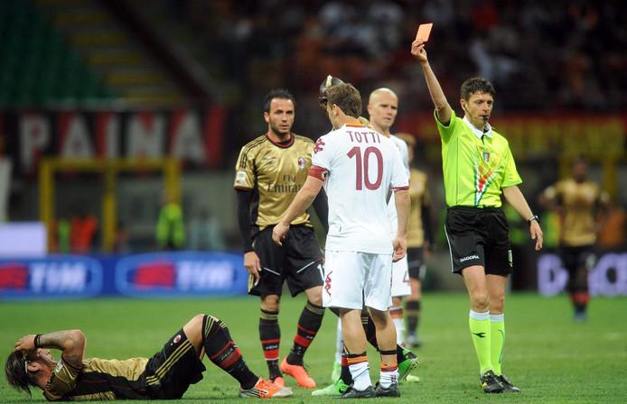 Francesco Totti (10) ziet rood na een elleboogstoot tegen Mexes (liggend). foto ANP