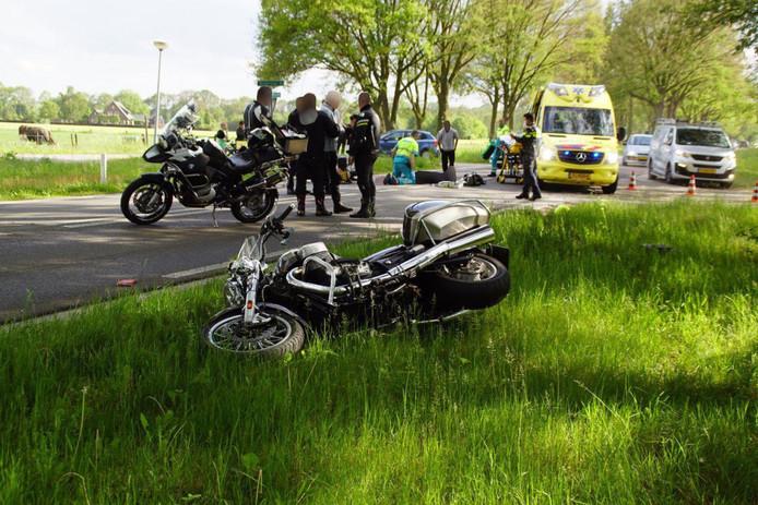 Hulpdiensten rukten uit voor het ongeval op de hoek van de Doetinchemseweg en de Broekstraat in Zelhem.