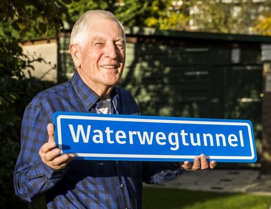Gerard Klifman gaat 'm in de caravanstalling hangen: een bord met de Waterwegtunnel.