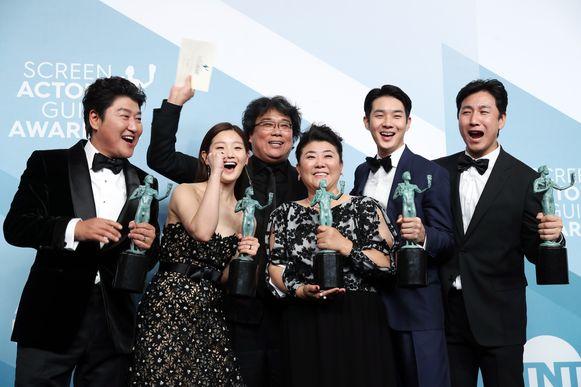 De cast van 'Parasite' kreeg een beeldje voor hun buitengewone prestaties.