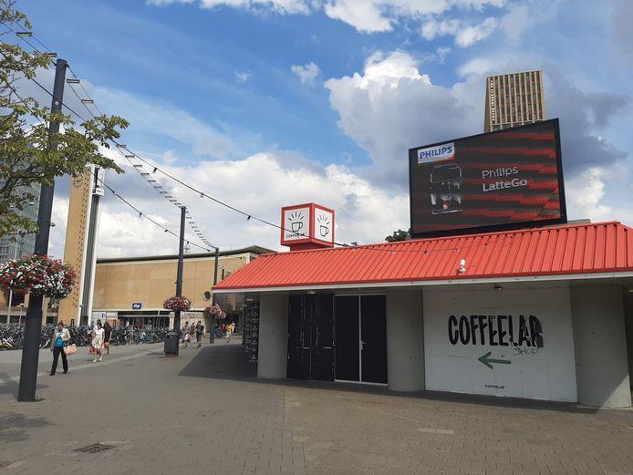 Het voormalige VVV-kantoor op het Stationsplein in Eindhoven. Coffeelab sloot hier in april 2020 noodgedwongen de deuren omdat de huur voor huisbaas Eindhoven365 opgezegd was.