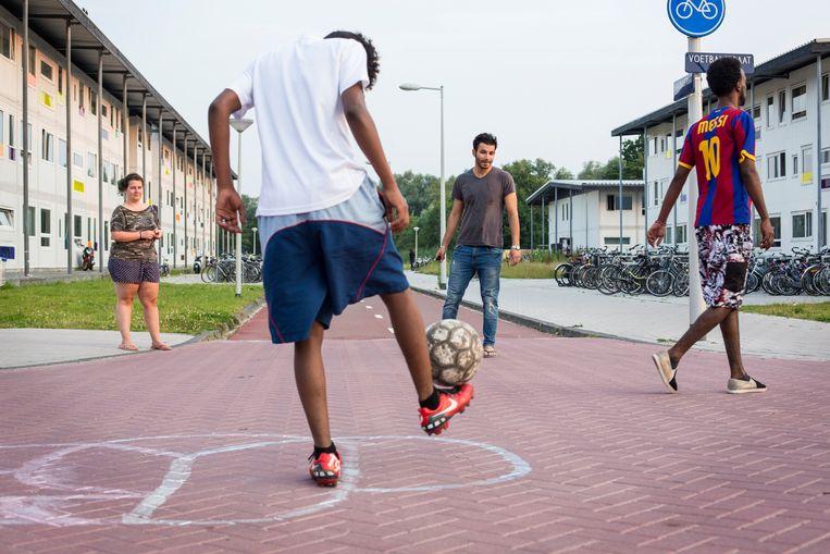 Voetballende bewoners. Beeld Karijn Kakebeeke